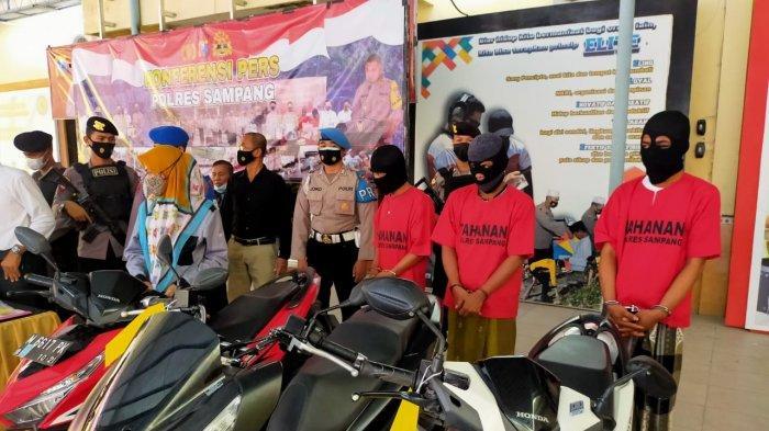 Beraksi Tiga Hari Berturut-turut, Dua Spesialis Curanmor Di Sampang Beserta Penadah Diringkus Polisi