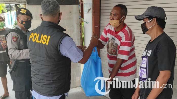PPKM Darurat, Polisi Bagikan Sembako ke Tukang Becak Wisata Makam Bung Karno Kota Blitar