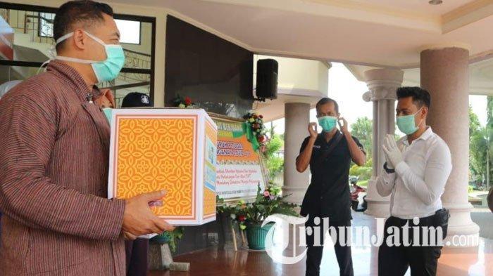 Polisi Beri Bantuan Vitamin pada Tenaga Medis yang Tangani Covid-19 di RSUD Mardi Waluyo Kota Blitar