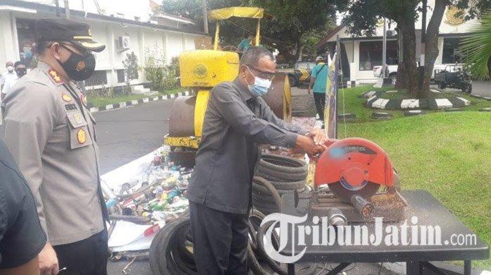 693 Botol Miras & Knalpot Brong Hasil Giat Cipta Kondisi Polres Bondowoso Selama Sebulan Dimusnahkan