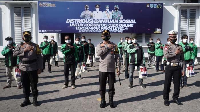 Ratusan Penyandang Disabilitas dan Ojol Dapat Bantuan Sembako dari Polresta Probolinggo