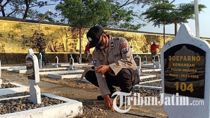 Hari Bhayangkara ke-74, Polres Madiun Dibantu TNI Bersihkan Tempat Ibadah dan Taman Makam Pahlawan