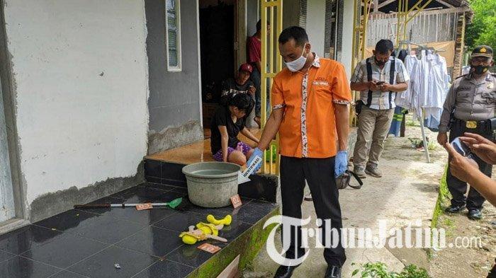 Anggota Polsek Jetis saat melakukan identifikasi olah TKP di lokasi penemuan bayi perempuan di teras rumah warga, yang dibungkus tas hajatan di Mojokerto, Sabtu (19/12/2020).