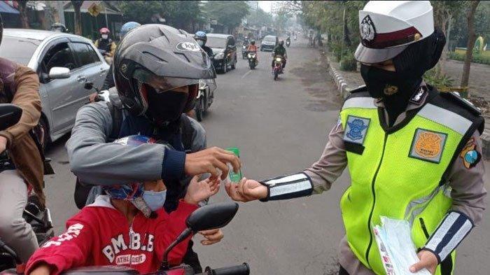 Sambut Hari Bhayangkara ke-75, Polwan Polres Gresik Bagikan alat Prokes ke Pengendara
