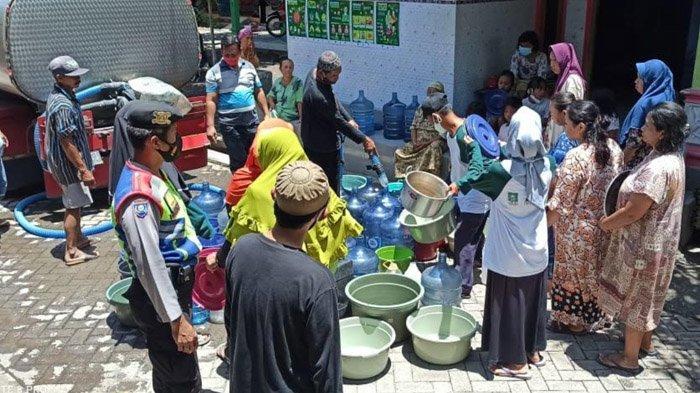 Peduli Banjir, Pondok Pesantren KHA Wahid Hasyim Pasuruan Bagikan Bantuan Air Bersih pada Warga