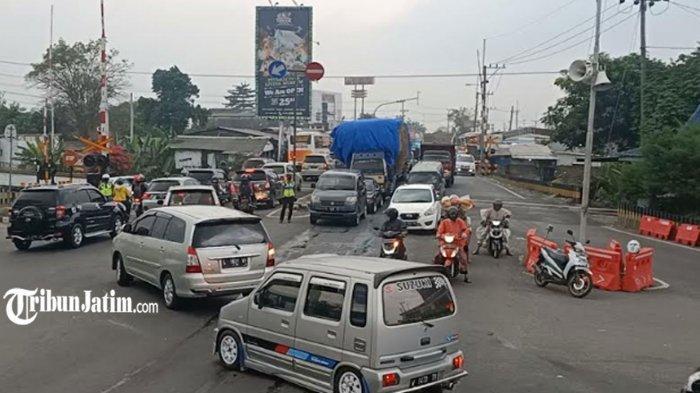 Simpang Tiga Mengkreng Padat Merayap Jelang Hari Terakhir Larangan Mudik, Polres Kediri Siaga