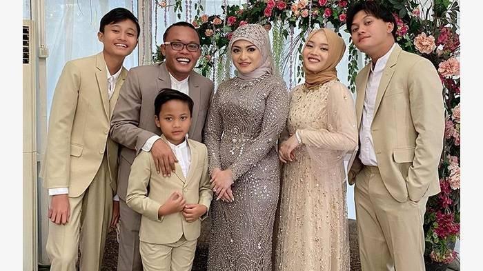 Potret acara pernikahan Sule dan Nathalie Holscher ditemani dengan keempat anak Sule yakni Rizky Febian, Putri Delina, dan kedua adiknya.