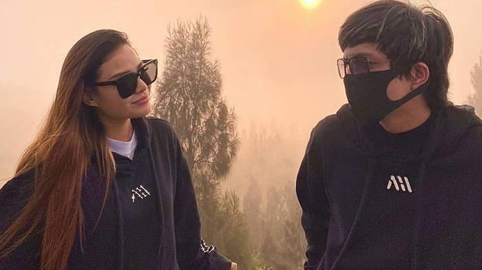Potret keromantisan pasangan YouTuber Atta Halilintar dan Aurel Hermansyah.
