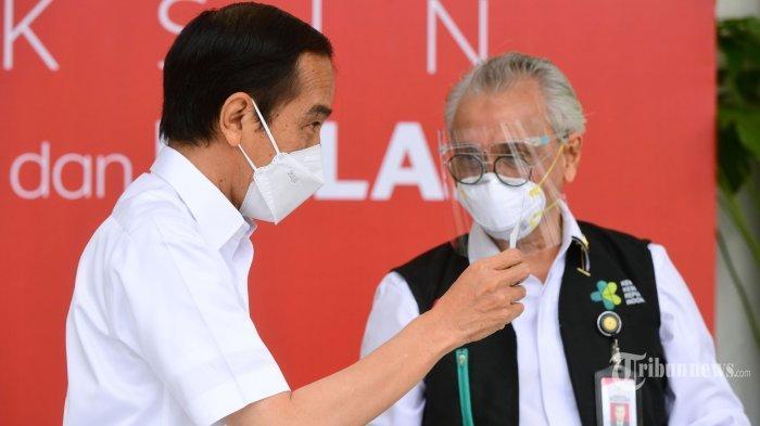 Presiden Jokowi saat bersama dengan dokter kepresidenan saat suntik vaksin corona