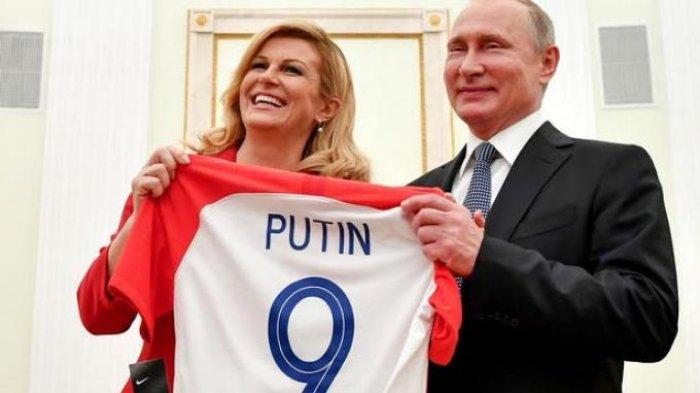 Beri Sebuket Bunga, Presiden Rusia Vladimir Putin Dapat Jersey Timnas Kroasia dari Kolinda Grabar