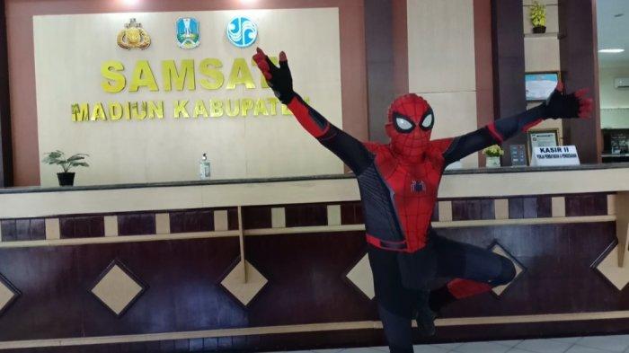 Kisah Pria 'Spiderman' Urus Pajak Kendaraan di Samsat Madiun, Viral di WA, Berderma & Cegah Corona