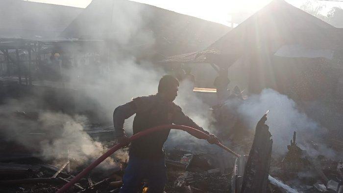 Diduga Api Berasal dari Sampah, Ruko Penjual Kelapa dan Warkop di Pasar Torjun Sampang Terbakar
