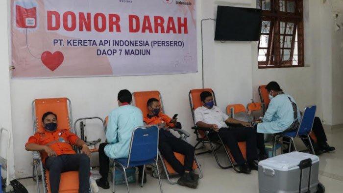 Penumpang dan Karyawan PT KAI Daop 7 Donor Darah di Stasiun Madiun