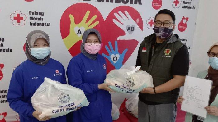 PT Smelting Salurkan 150 Paket Sembako ke PMI Gresik untuk Dihadiahkan ke Pendonor