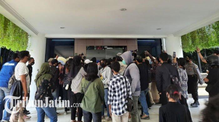 Mahasiswa Unair Terobos Masuk Gedung Rektorat, Tunggu Kepastian Kampus Terkait Potongan UKT