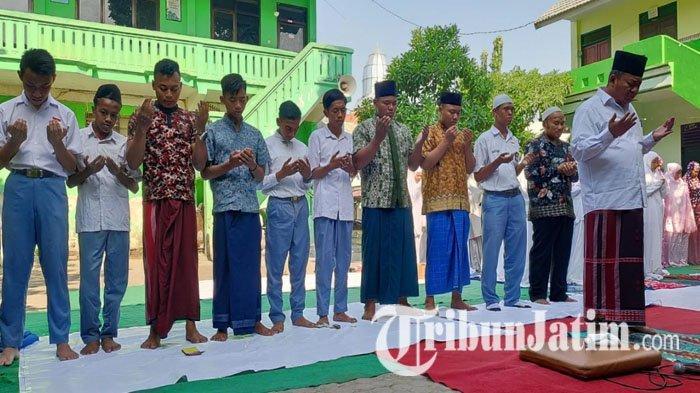 Puluhan Siswa MA Ash Shomadiyah Tuban Gelar Salat Gaib Bagi Maimoen Zubair, Kehilangan Ulama Sepuh
