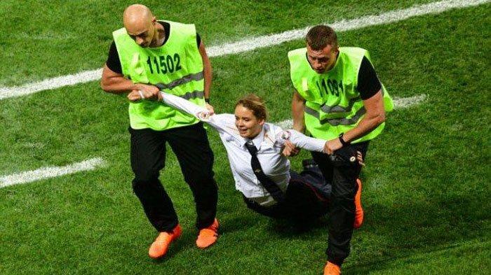 Baru Bebas Selama Beberapa Detik, Pussy Riot Si Penyusup Final Piala Dunia 2018 Kembali Ditangkap