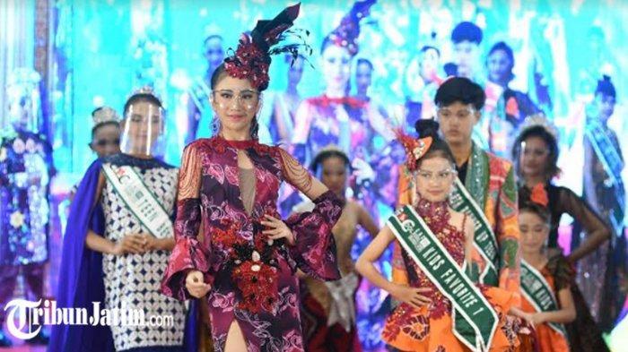 Peserta Putera Puteri Pariwisata Jatim 2021 Peragakan Batik Khas Daerah, Ada Ringin Contong Jombang