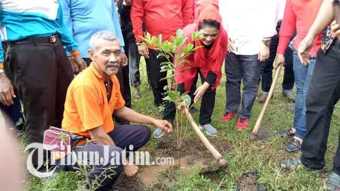 Jalan Kaki Blusukan ke Lereng Gunung Wilis, Puti Ternyata Pandai Menggunakan Cangkul Petani