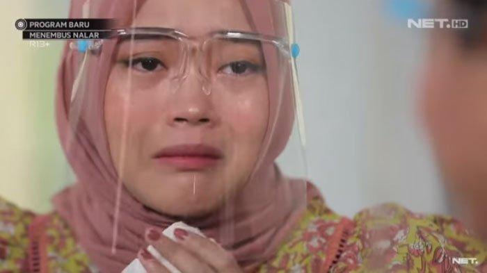 Putri Delina menangis disinggung keluarga