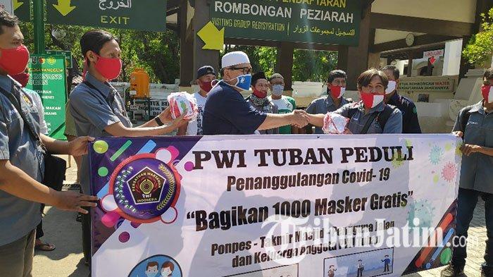 Masa Transisi New Normal, PWI Tuban Bagikan 1000 Masker Gratis Ke Ponpes, Masjid dan Pengguna Jalan