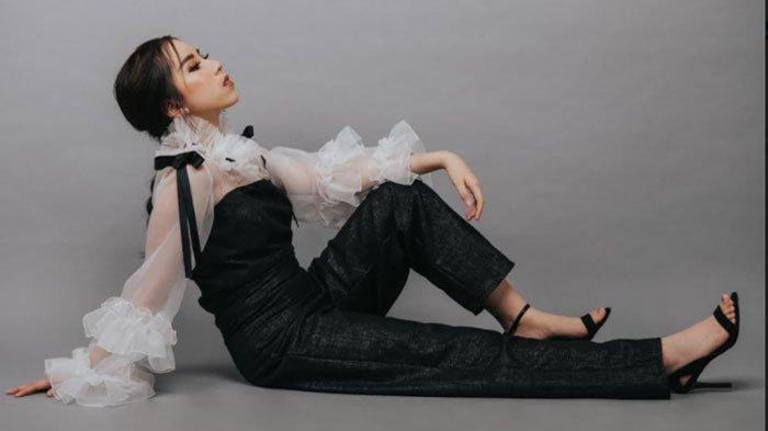 Tampil Trendy dengan Jumpsuit Berdetail Ruffles Rancangan Desainer Natasya Wijaya