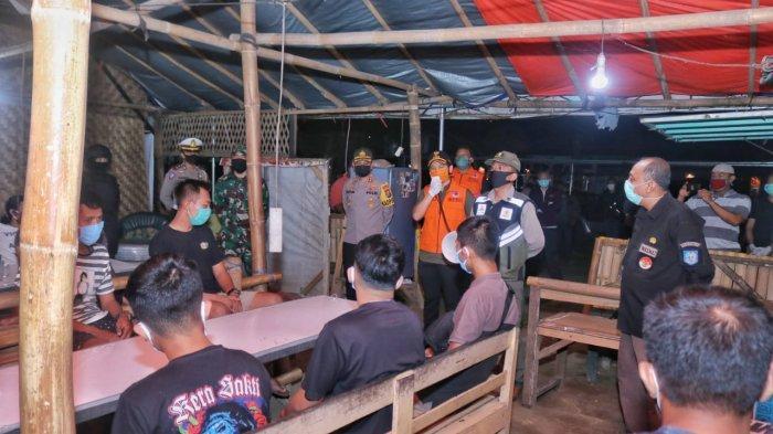 Para Pengunjung Warkop di Trenggalek Jalani Rapid Test saat Malam Hari, Hasilnya Tak Diduga