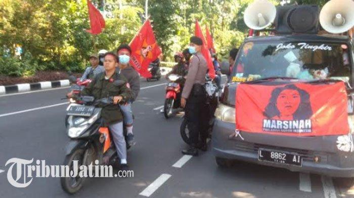 BREAKING NEWS - Ratusan Buruh Kembali ke Grahadi, Gelar Panggung Rakyat: Tolak UU Cipta Kerja