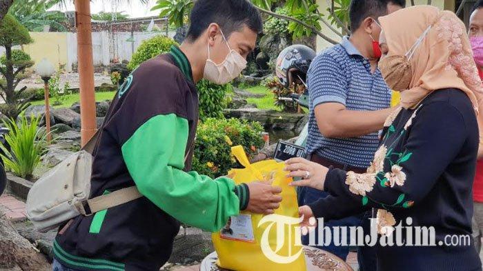 Rayakan Ulang Tahun ke-41, Wali Kota Mojokerto Bagikan Sembako pada Ratusan Ojol dan Tukang Becak