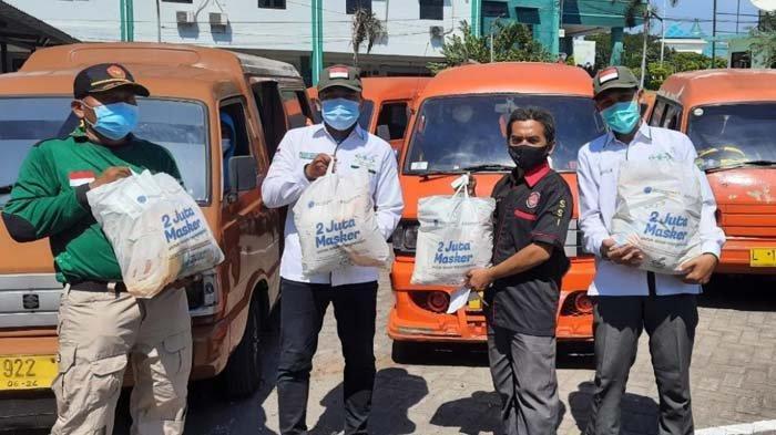 Sopir Angkot Surabaya-Sidoarjo Semringah Mendapat Bantuan Sembako pada H-1 Lebaran