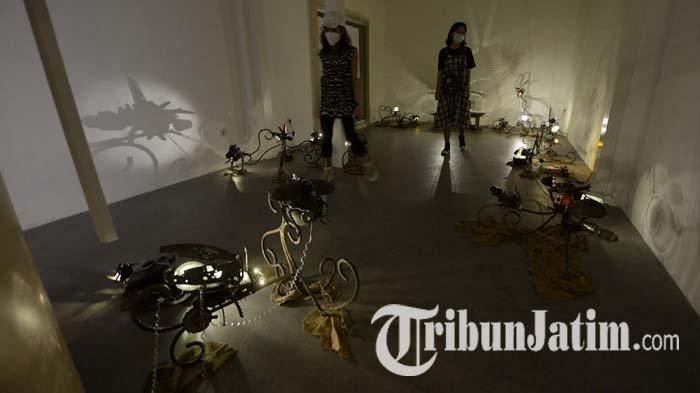 Rekonstruksi 24 Kunang-kunang dalam Pameran Kuantum Fayakun di n0lkecil Creative Space Surabaya