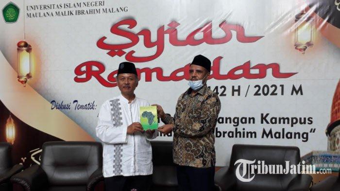 Lewat Buku, Dosen Asal Libya di UIN Malang Puji Kemajuan Masyarakat Indonesia