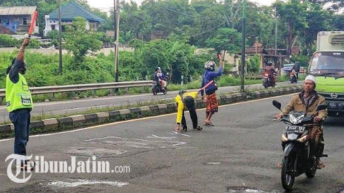 Relawan ILKP Patungan Beli Cat Semprot, Solidaritas Beri Tanda Jalan Berlubang di Pasuruan 'Bahaya'