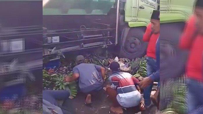 Truk Tronton Lumajang Seruduk Pedagang Buah di Pinggir Jalan Pasar Ranuyoso, Korban Sempat Terlempar