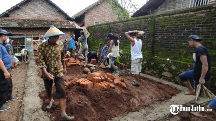 Prihatin Rumah Warga Gondang Reyot Beralas Tanah, Polisi Mojokerto Ini Sisihkan Gaji Bantu Renovasi