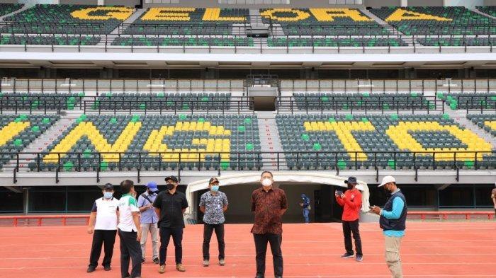 Plt Wali Kota Surabaya Whisnu Sakti Buana saat meninjau Stadion Gelora Bung Tomo (GBT).