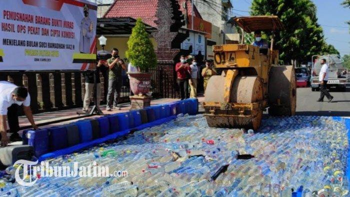 Jelang Ramadan, Polres Blitar Kota Musnahkan Ribuan Botol Miras