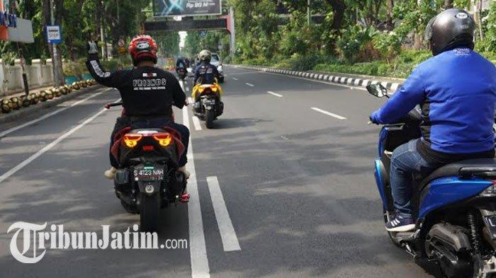 Satu di antara rider dari Moxer nampak tengah mengawal perjalan touring para peserta Fun Touring Generasi 125 menuju Trawas.