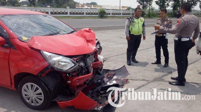 Tak Waspada Saat Belok, Sopir Daihatsu Sigra Tabrak Motor Yamaha N-Max di Jombang, Luka Patah Tulang