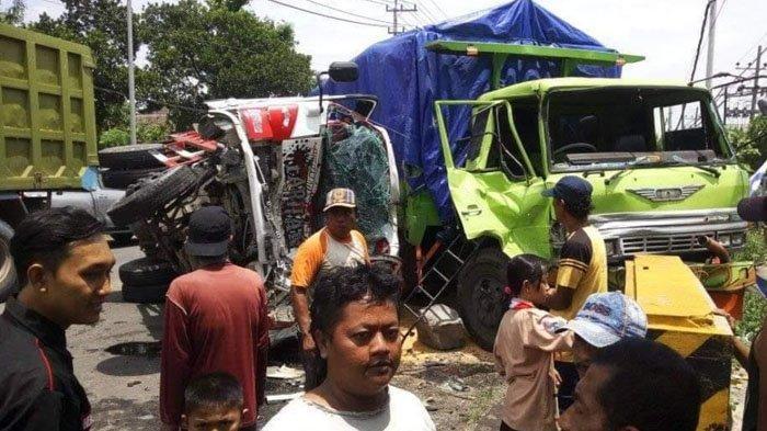 Pecah Ban Depan, Dump Truk Oleng ke Kanan & Tabrak Truk Tronton di Mojokerto, Terguling dan Ringsek