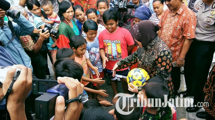 Tri Rismaharini bermain hompimpa dengan anak-anak.