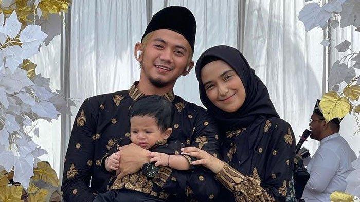 Rizki DA dan Nadya Mustika Rahayu bersama baby Syaki