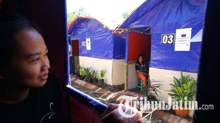 Warga Terdampak Gempa di Malang Bersyukur Dapat Bantuan Rumah Darurat Tanggap Bencana dari Relawan