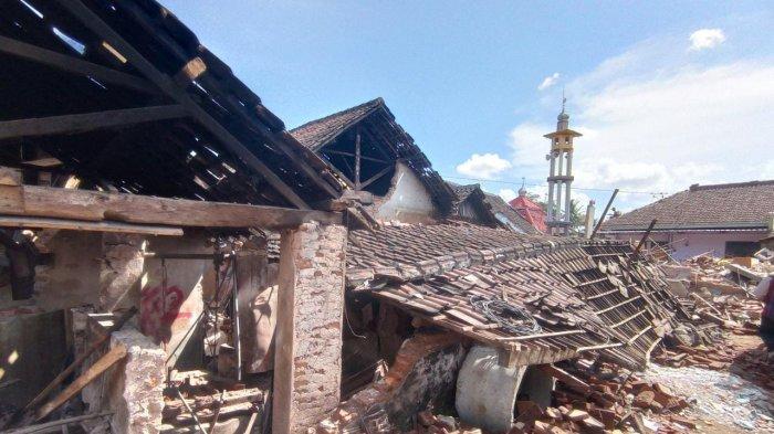 Rumah rusak akibat gempa bumi di Dampit, Malang