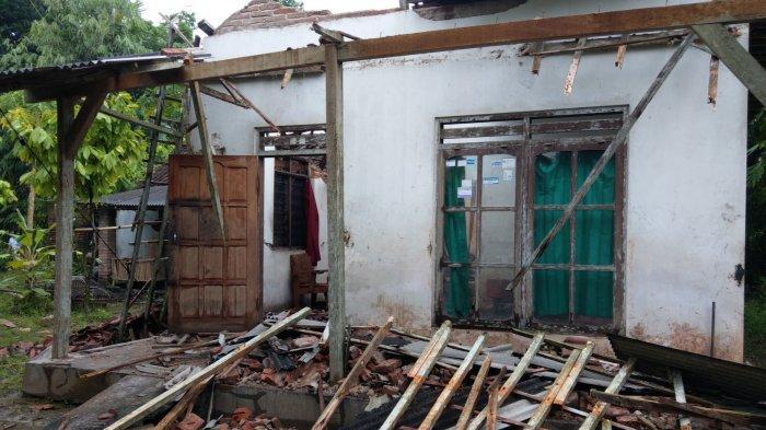 Kisah Mbok Darmi yang Harus Mengungsi Karena Seluruh Atap Rumahnya Roboh Akibat Gempa Bumi