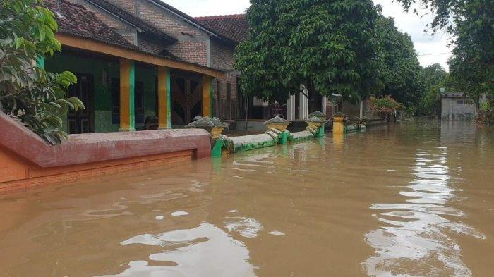 Banjir Akibat Tanggul Jebol di Jombang Belum Surut, Ketinggian Mencapai 1 Meter