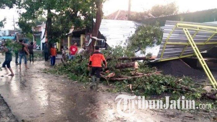 Angin Puting Beliung Terjang Diwek Jombang, Puluhan Rumah Warga Rusak