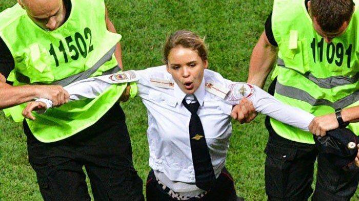 Tanpa Pengawalan, Begini Cara Pussy Riot Masuk Lapangan Saat Laga Final Piala Dunia 2018