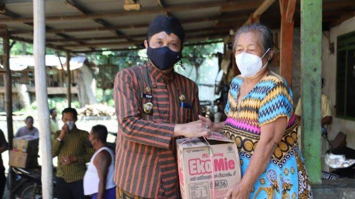 Peringati Hari Jadi Trenggalek Ke-827, Seluruh ASN Bagi Sembako ke Warga Kurang Mampu