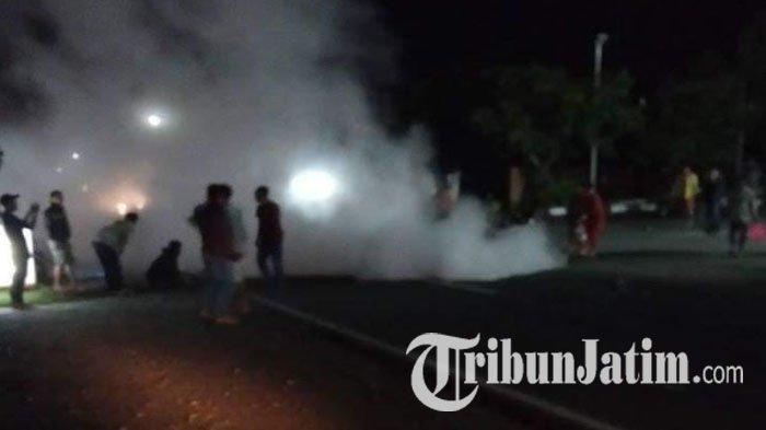 Dua Sepeda Motor Tabrakan di depan SPBU di Blitar, Tiga Pengendara Pingsan,Satu Motor Ludes Terbakar